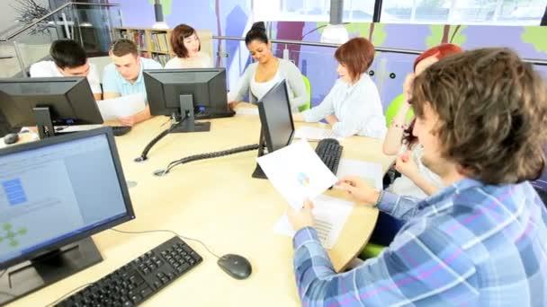 mladí studenti studující diplomové zkoušky v univerzitní centrum
