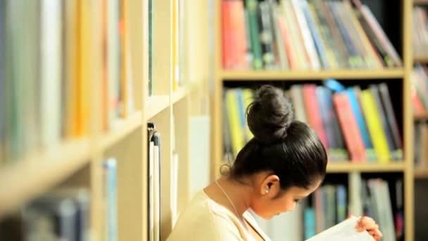 postgraduální student studium učebnice v univerzitní centrum