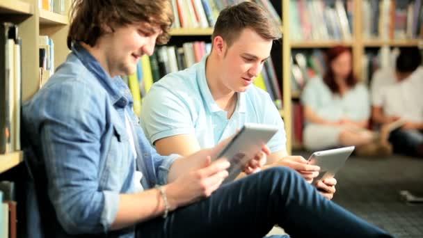 studenti používají tablety počítače v univerzitní centrum
