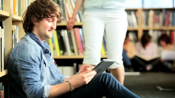 pár sítí online na tabletu v univerzitě