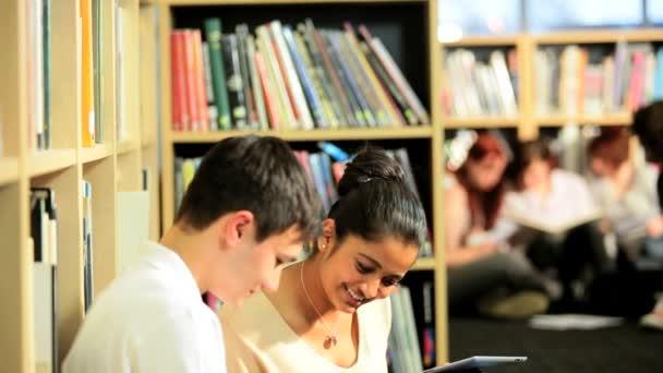 multi etnické studenti studující znalosti v knihovně