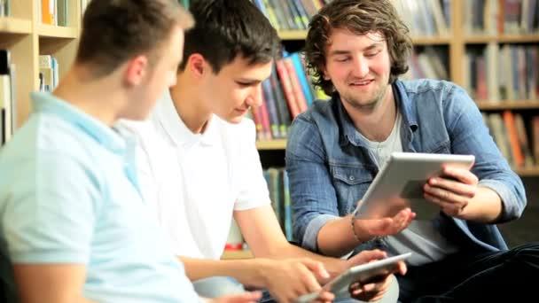 indické a kavkazské studenti sítí na tablety