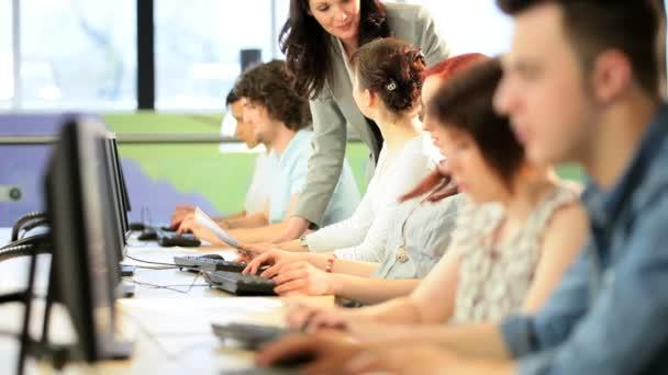 bruneta přednášející učí studenti na univerzitě