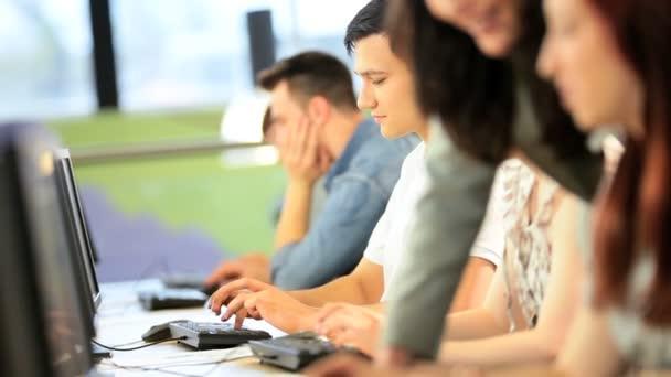 Kavkazská přednášející a studenti zaměřují na projekt