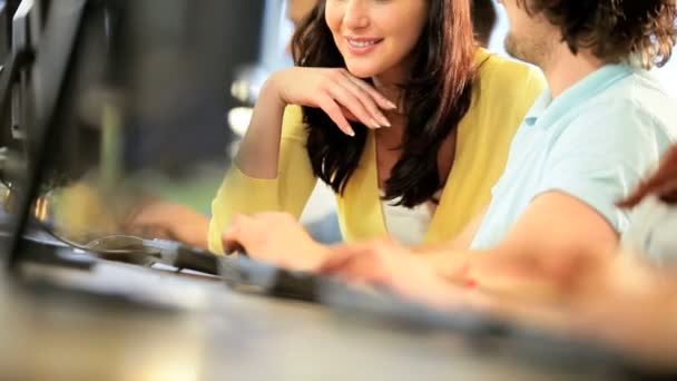učitelka pomáhá multi etnické studentů studujících na stupeň