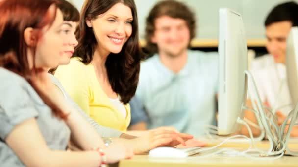 Přednášející s rozmanitou spolužáky studovat na počítačích