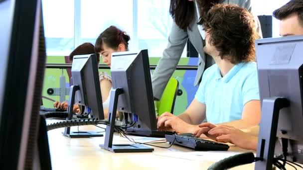 Oktató oktatás több etnikai diákok online oktatás