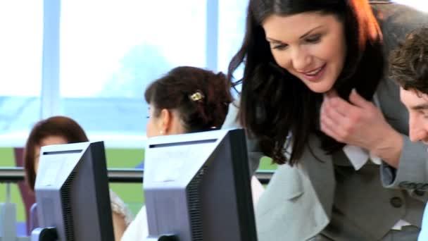Női tanár és a diákok segítségével a számítógépek online