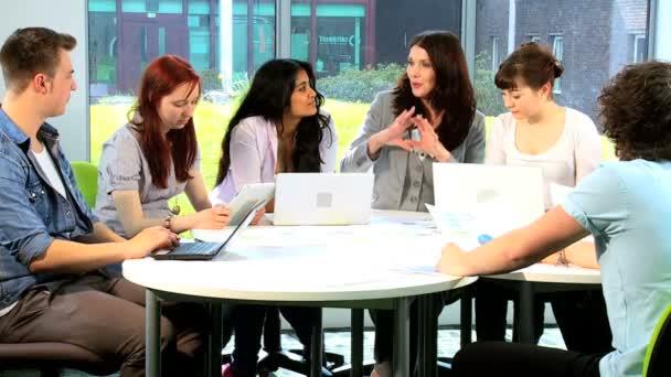 Multi etnikai diák és tanár, kutató-ra számítógépek