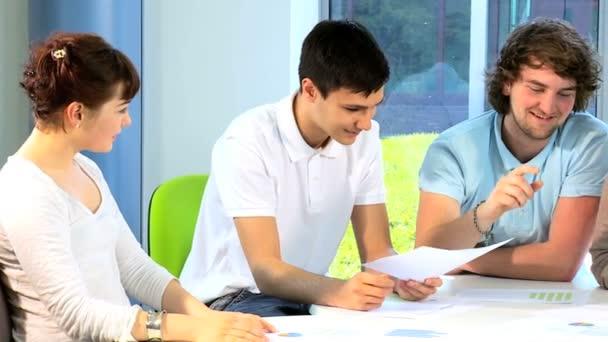 vysoká škola vyučující zkoumání třídu studentů v areálu