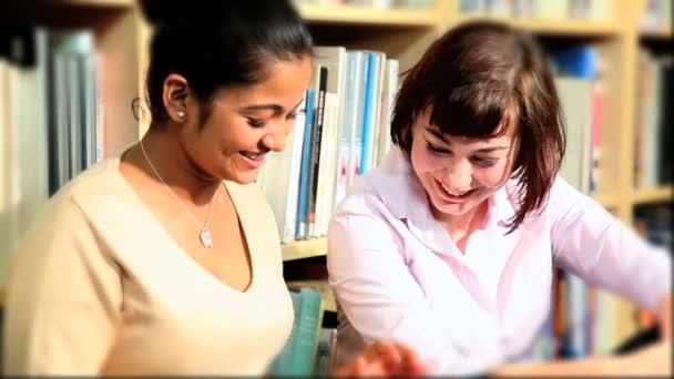 Estudiantes investigar sobre tableta en biblioteca de información