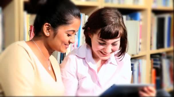 postgraduální studenti studie tabletu v univerzitní knihovně