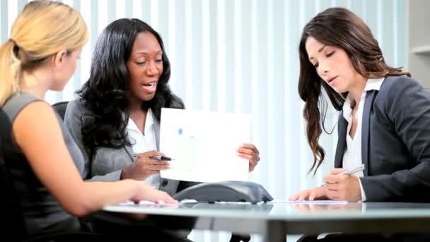 zaměřil rozmanité ženy, které pracují obchodní strategie