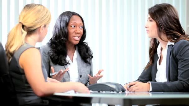 multi etnické obchodní tým plánování firemních interakce