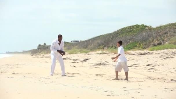 etnické šťastný otec syn hrát spolu na pláži