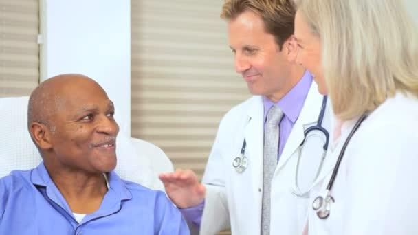 Leitende Ärztin untersuchen Patienten