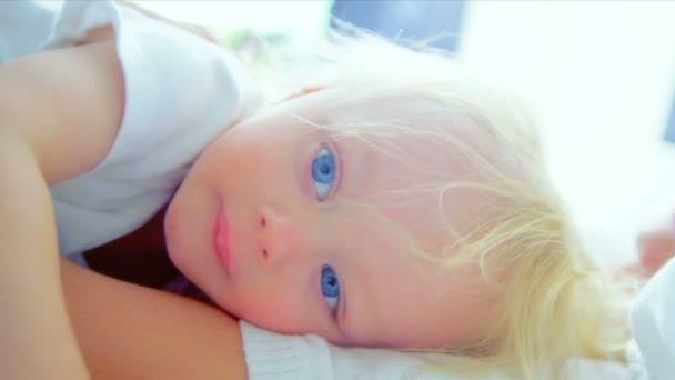 blonďatá matka leží postel malé dítě
