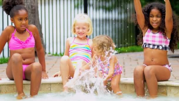 Multi etnických dívek bazén