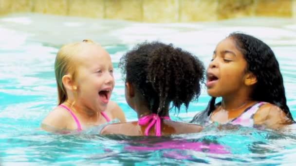 roztomilá malá životní styl přátel zdravé plavání