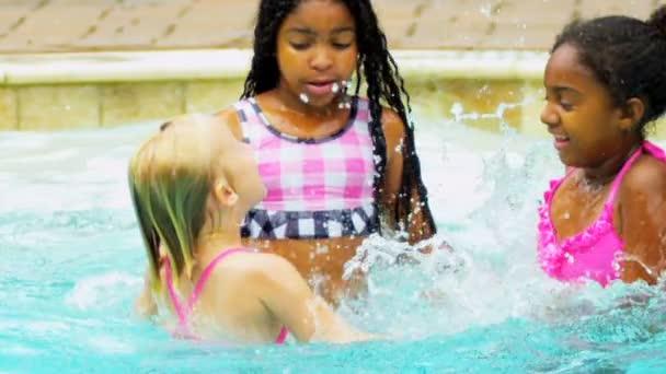 lachend Mädchen genießen Schwimmbad