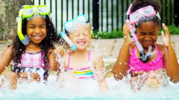 zpomalené multi etnické přátel venkovní bazén