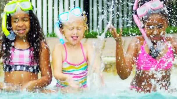 kleine Kinder genießen Wasser im freien Zeitlupe