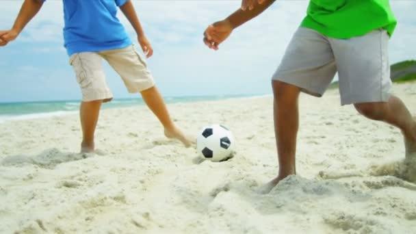 Változatos testvérek együtt strand foci rúgás