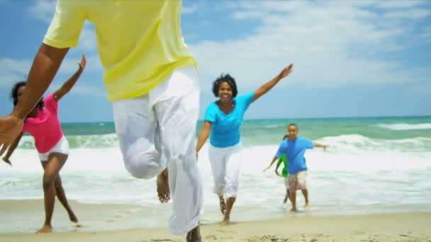 usmívající se rozmanité rodiče hrát spolu synové a dcery na pláži