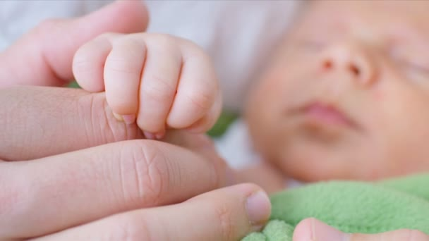 novorozené dítě zabalené v dece