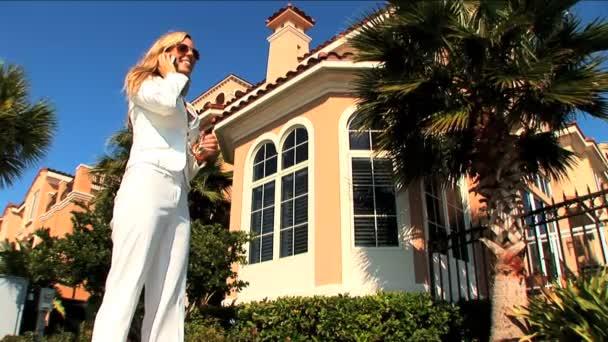 elegante weibliche Immobilienmakler