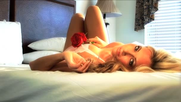 krásná blondýna model pózuje pro focení v hotelovém pokoji