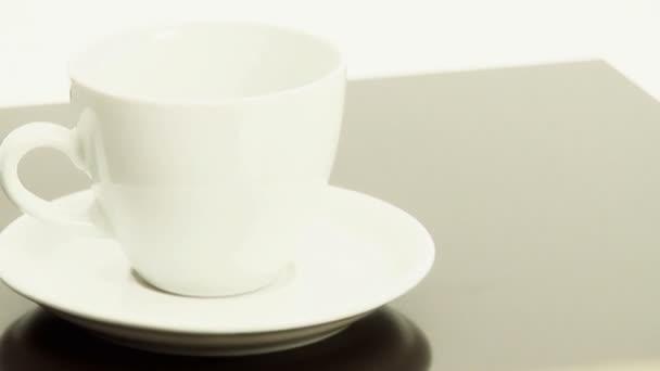 özönlenek a fehér kávéscsésze  csészealj szemes kávé