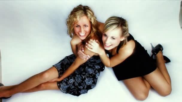 due ragazze bionde attraente su un servizio fotografico in studio