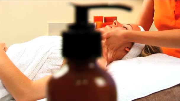 schöne blonde Mädchen mit Massage Behandlung