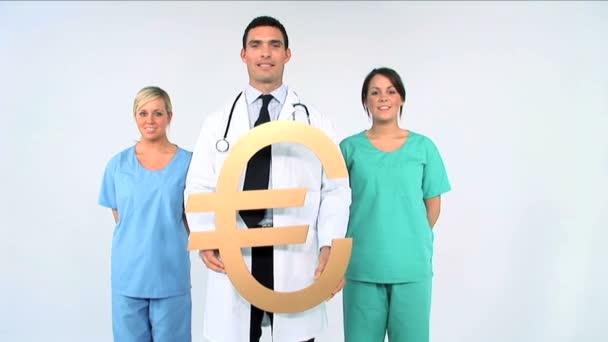 lékařský tým se symbolem eura na bílém pozadí