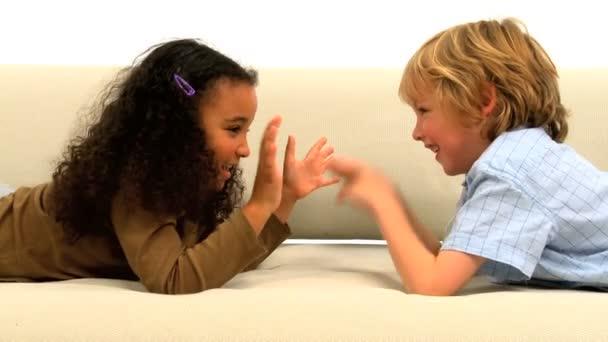roztomilá malá africká americká a kavkazské chlapce hrát spolu