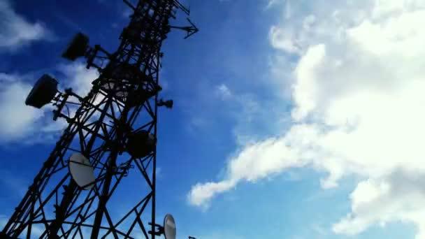 komunikační věž time-lapse s mraky a modrá obloha