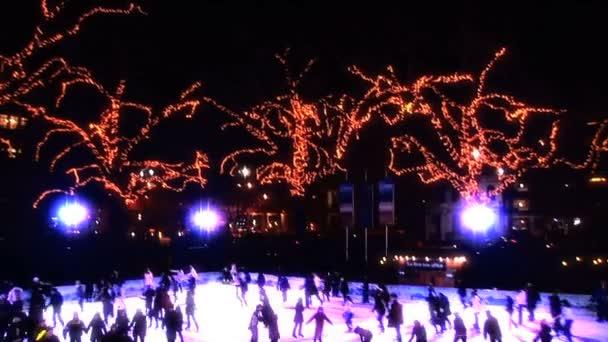 zimní venkovní bruslení s vánoční osvětlení