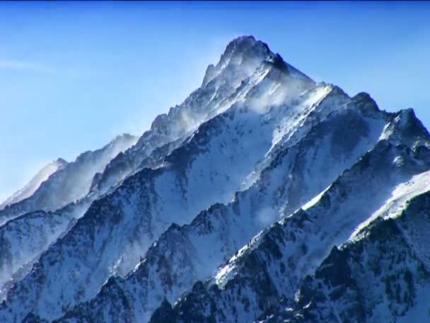 coperta di neve di montagna di una località di sport invernali