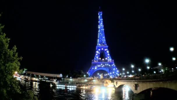 Eiffelova věž, Paříž svítí modře v noci