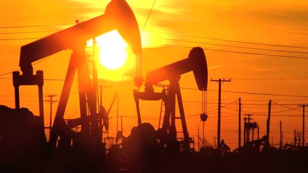 Ropa osly nebo čerpadlo konektory v neustálém pohybu při západu slunce