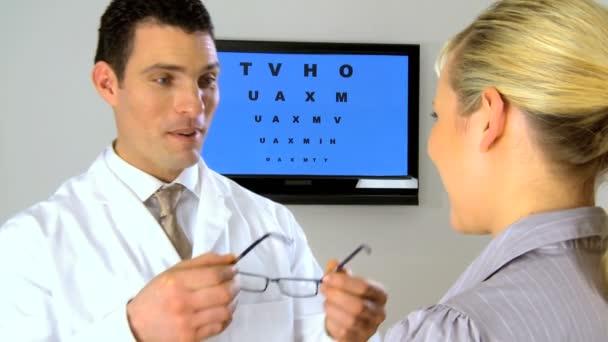 oční optik, práci s pacientem