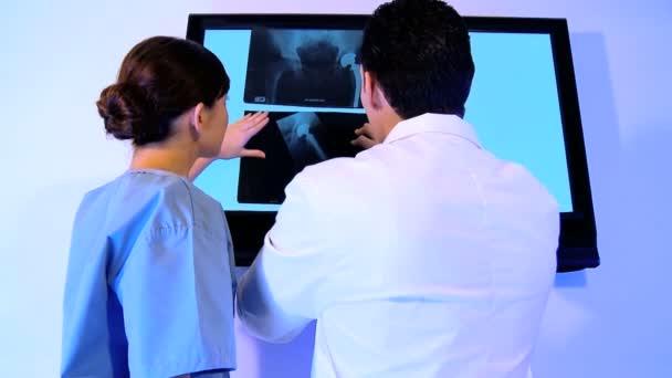 Westliche orientalische  caucasian Gesundheitswesen Personal mit Hilfe von Röntgen-Tabellen