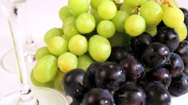 Studio close-up čerstvých hroznů  sklenice na víno