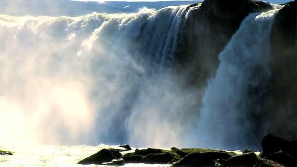 sprej od mocné vody proudící přes vodopád