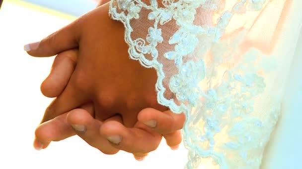Fiatal pár kézenfogva után a beach esküvői-zár-up