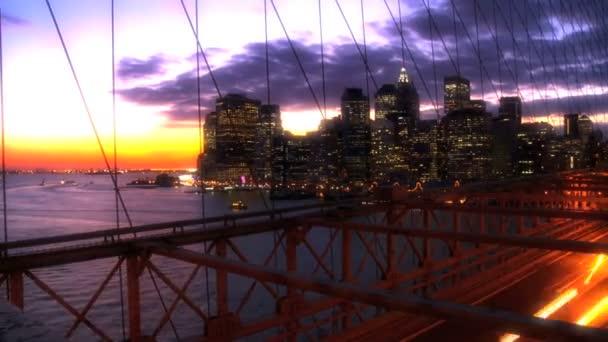 Time-Lapse při západu slunce na Brooklynský most, nyc s panorama Manhattanu illuminted