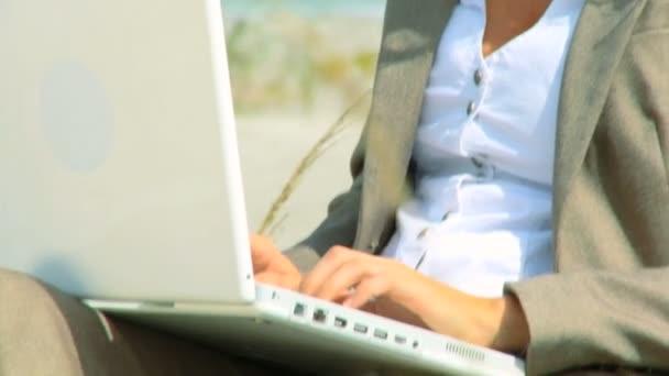 krásná blondýna podnikatelka pomocí technologie pracovat od pláže