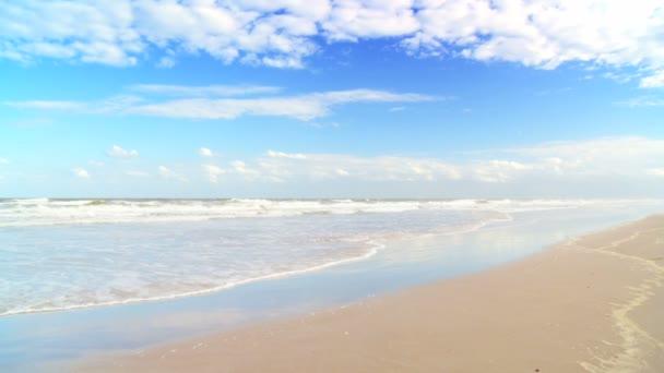 jemný oceánu vlny na opuštěné pláže se zlatým pískem