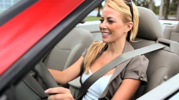 successo giovane imprenditrice godendo il sole mentre guidava la sua auto top aperto lusso